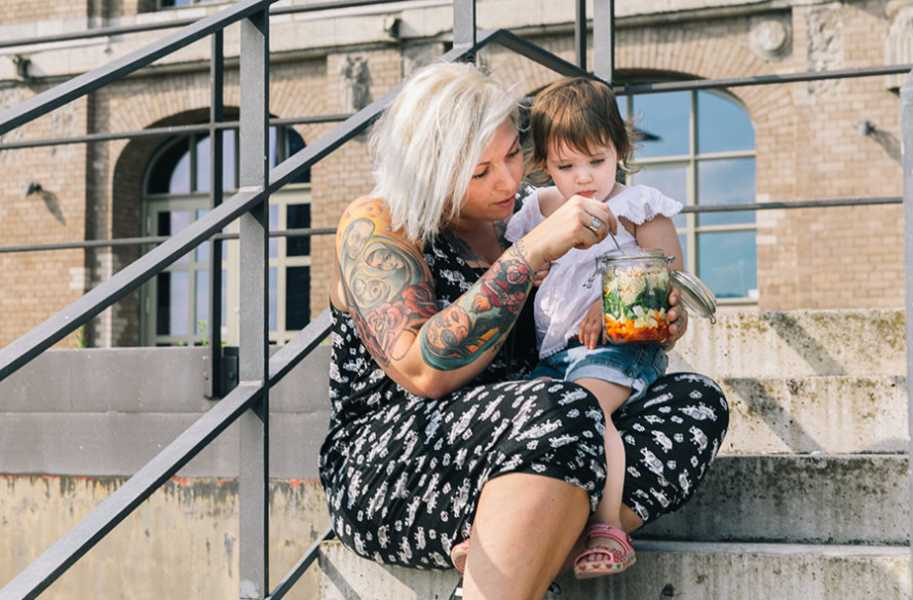 mom-kid-healthy-lifestyle-eating-salad-outdoors