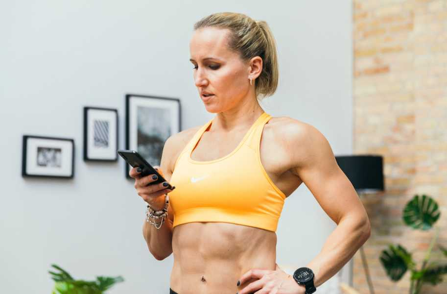 Kerstin, abs, woman, femal, phone in hand