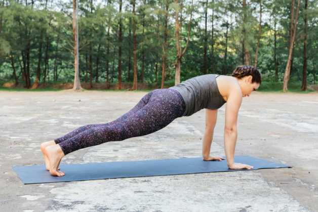 woman outdoors plank alba