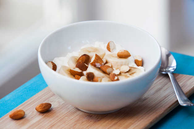 Yogurt, banana and almonds