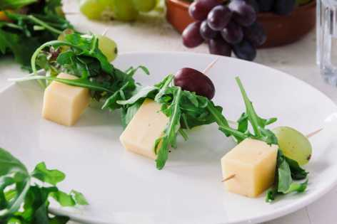 grape gouda and arugula skewers
