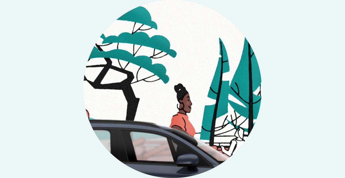 Kvinna och bil i en skog
