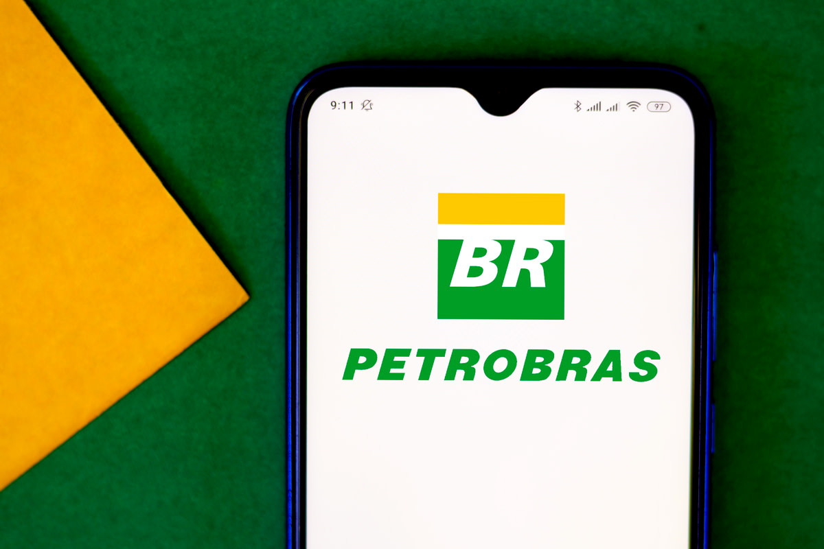 Petróleo Brasileiro S.A. (Petrobras) logo seen displayed on a smartphone