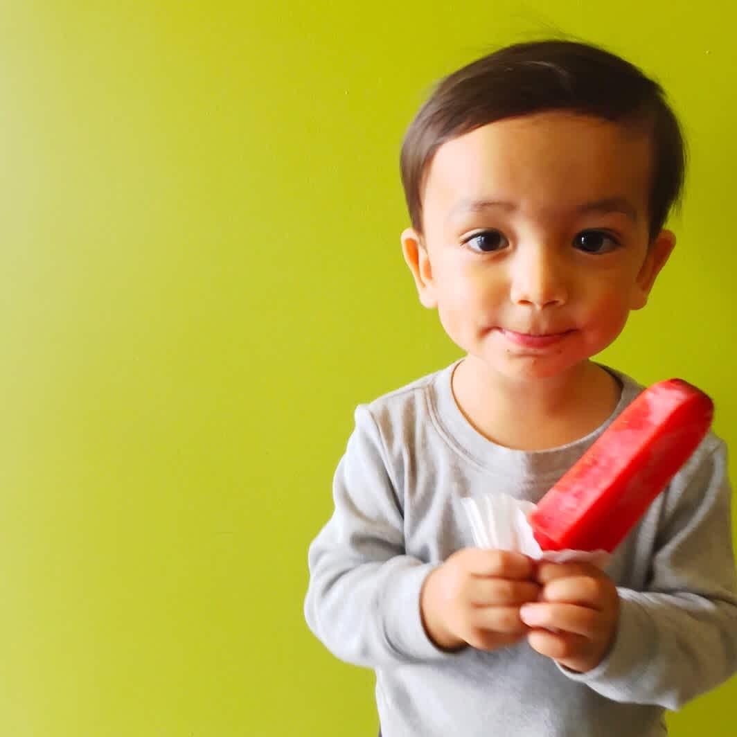 Kem que màu đỏ cho trẻ mới biết đi