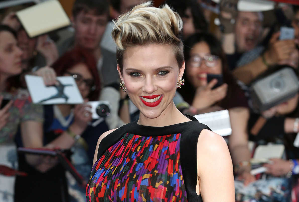 Scarlett Johansson Is Ok With Not Being A Parenting Expert Mom Com