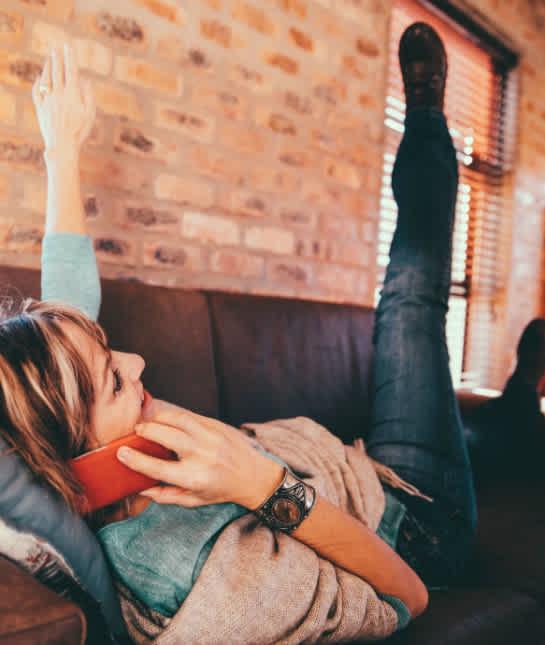couch-workout-scissor-kicks