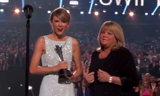Taylor Swift S Mom Gives Tear Jerking Speech At Acms Mom Com