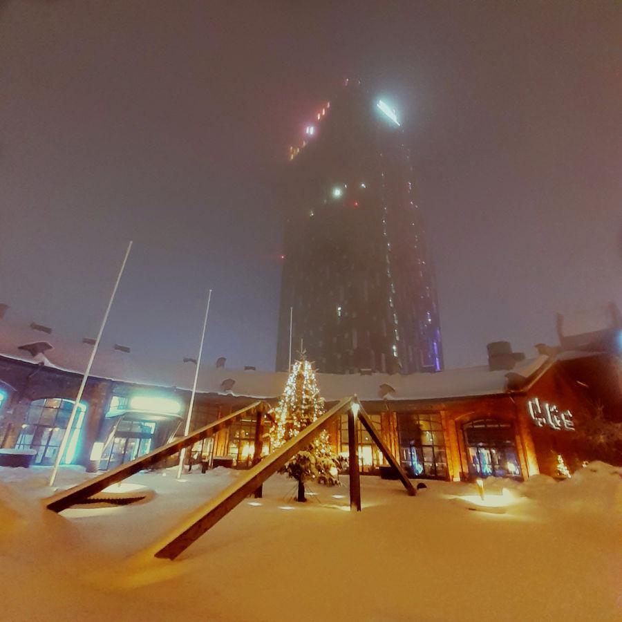 Hotel Torni Tampereella sumuun peittyneenä