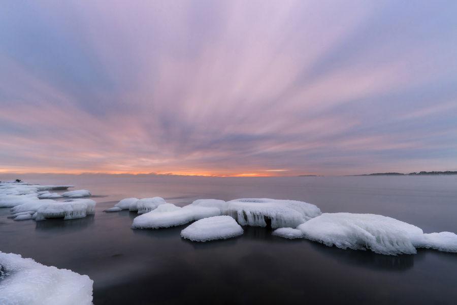 Pitkällä valotuksella otettu kuva merestä pilvien liikkuen nopeasti taivaalla ja veden ollen tasainen