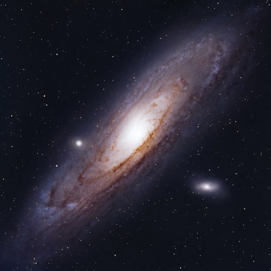 Andromedan Galaksi, joka on kierteisgalaksi jonka ulommat kierteet ovat hieman violetteja ja häilyvämpiä, sisärenkaat ovat kirkkaita ja vaaleita.