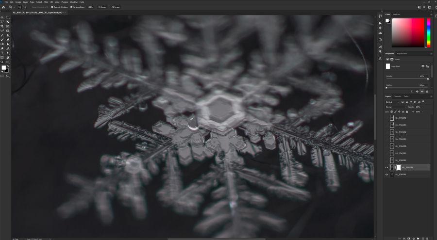 Kuvankäsittelyohjelma Photoshop, jossa on päällekkäin tasoina kaikki lumihiutaleiden kuvat.