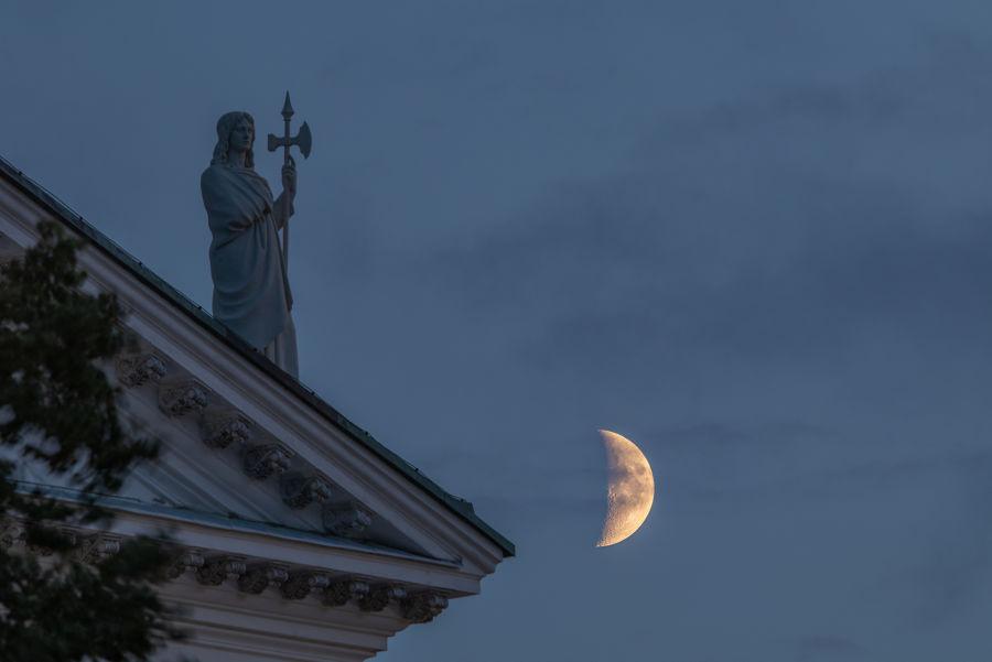 Helsingin Tuomiokirkon patsas ja kuu