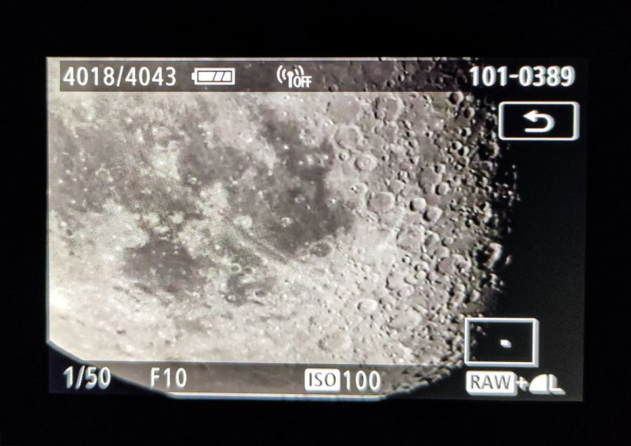 Kuu suurennettuna kameran ruudulla