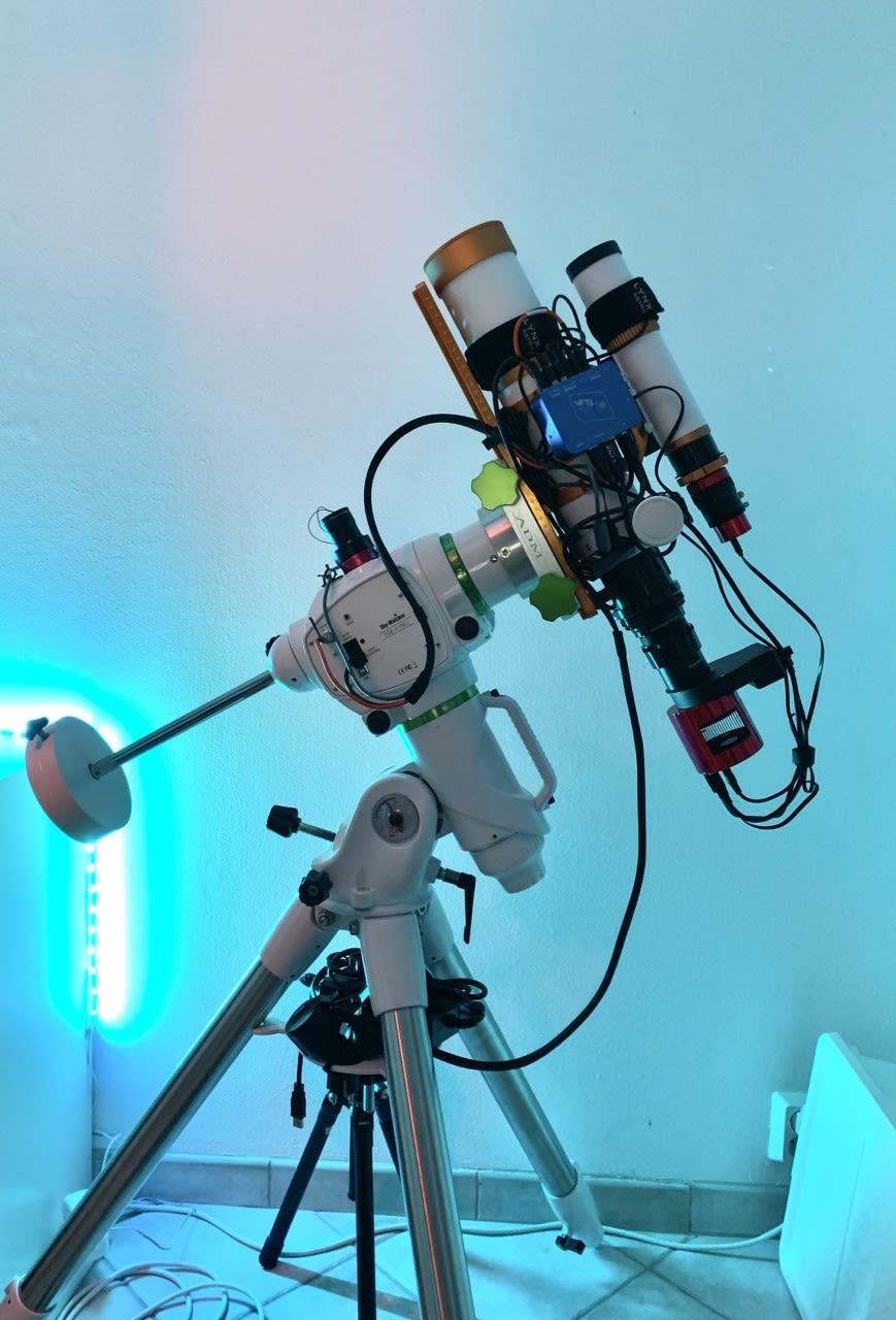 Kolmijalalla seisova seurauslaite, teleskooppi, guider ja avaruuskamera. Avaruuskuvauksen laitteistoa.