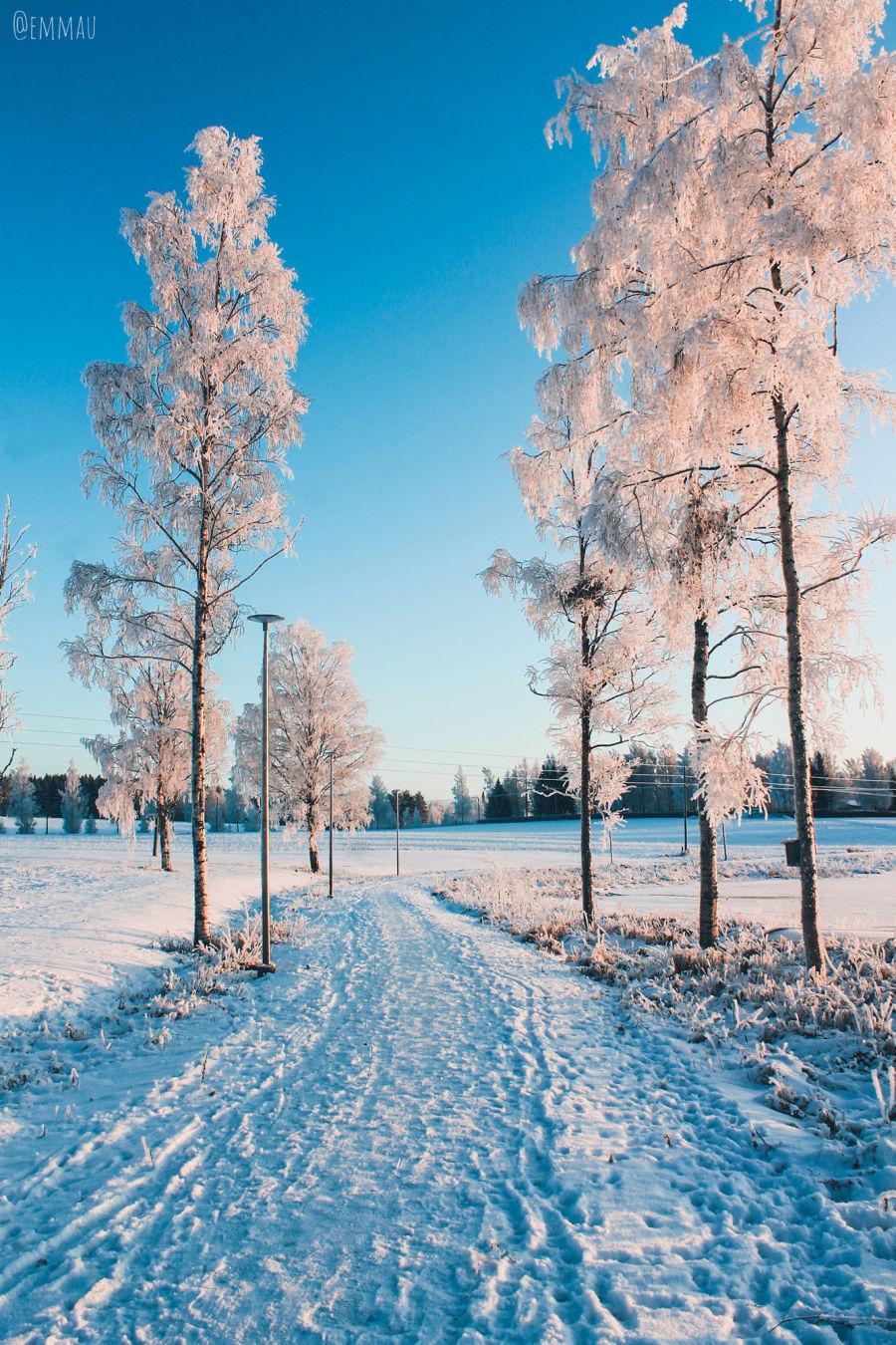 Lmen peittämä talvinen kävelykatu