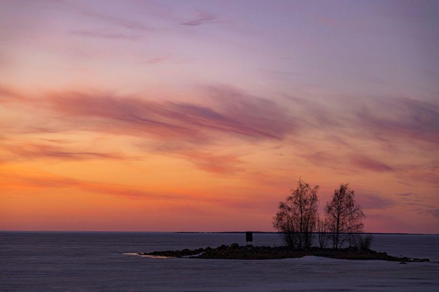 Auringonlaskussa oleva saari
