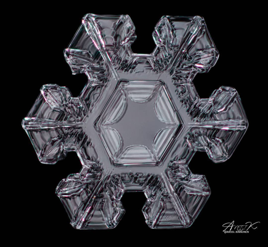 Makrokuva lumihiutaleesta