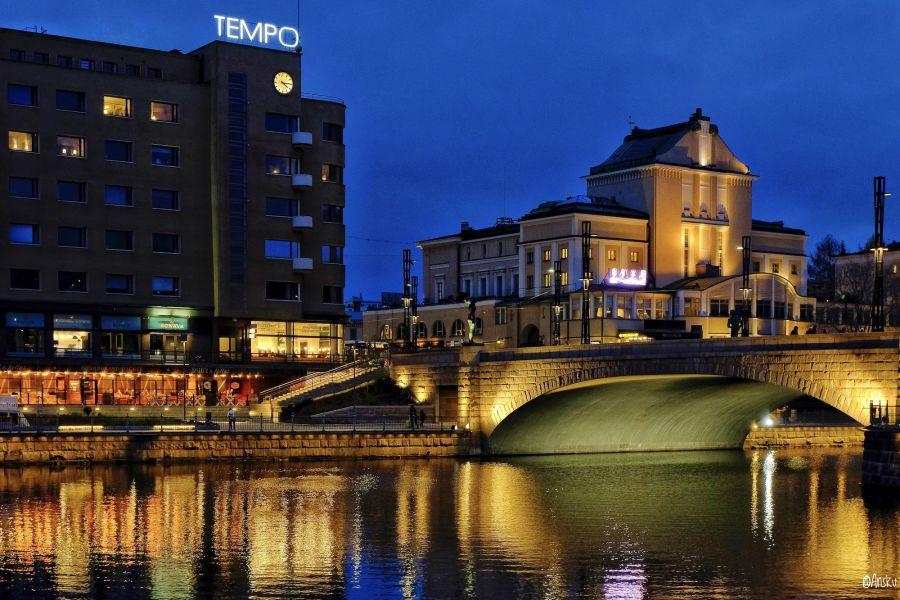 Tampere kuvattuna yöllä 2020. Kaupungin valot heijastuvat kaupungin läpi menevään jokeen.