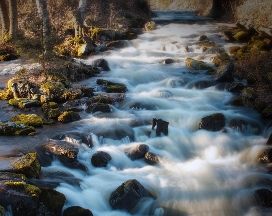 Virtaava joki pitkällä valotusajalla