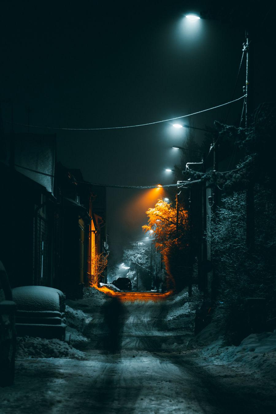 Tampereen Piispala yöllä talvella katuvalojen hohteessa