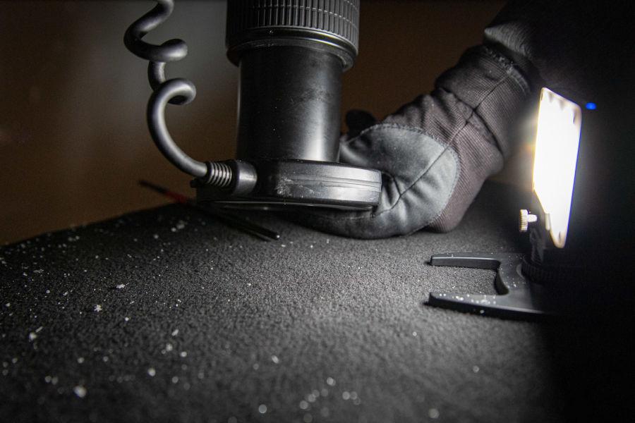 Objektiivi rengassalamalla parin sentin päässä lumihiutaleesta