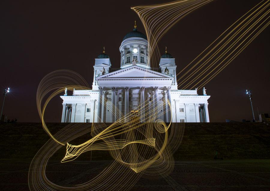 Helsingin Tuomiokirkko ja valomaalaus pitkä valoitus valokuvaamisella