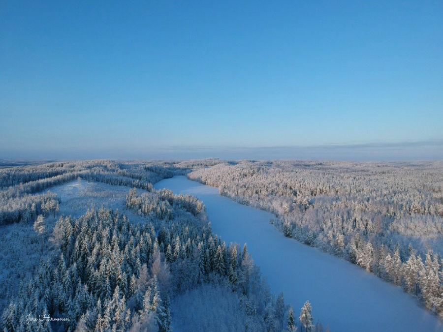 Luminen metsämaisema kuvattuna ilmasta