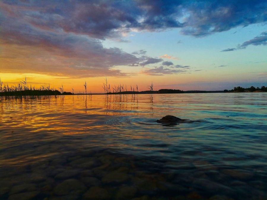 Värikäs auringonlasku järvellä