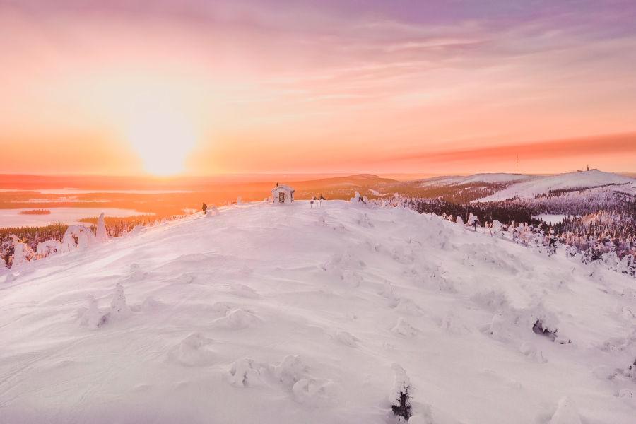 Auringonnousu lumisen Valtavaaran huipulla kuvattuna dronella