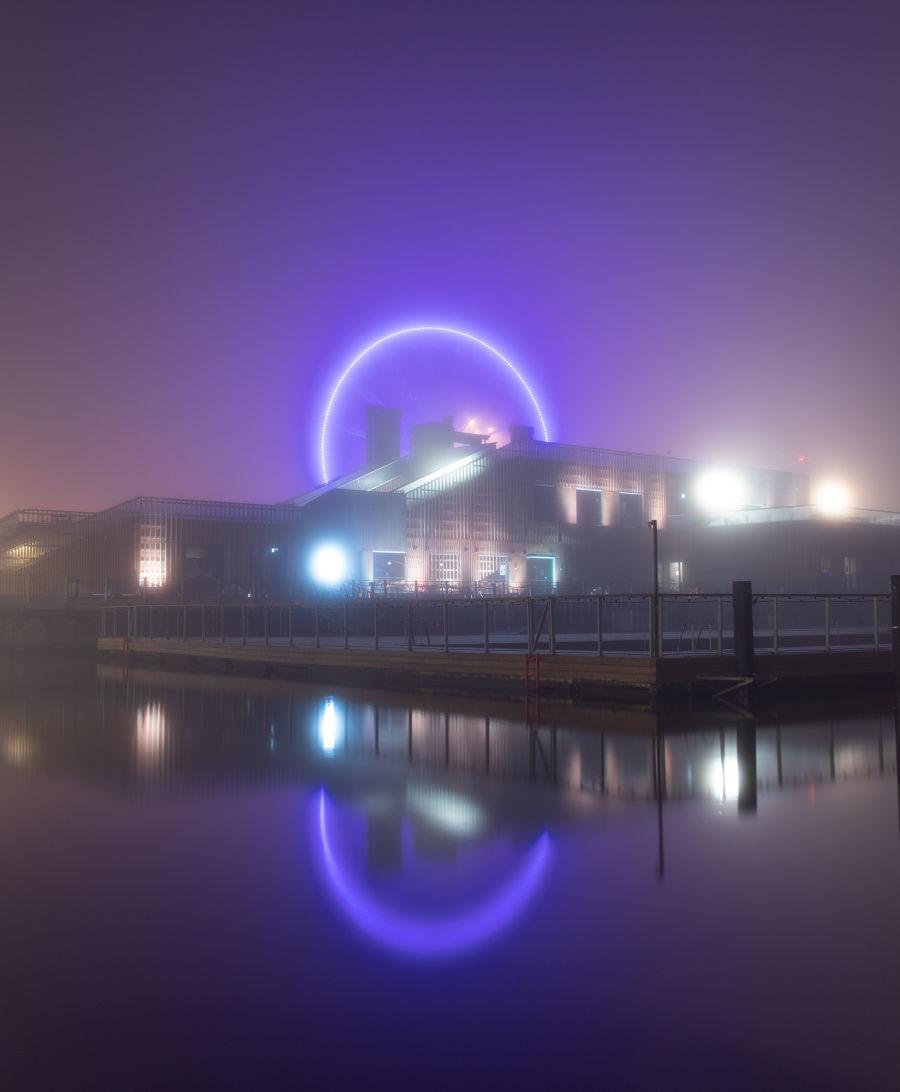 Sumun peitossa oleva SkyWheel-maailmanpyörä Helsingissä. Vesi on pitkän suljinajan vuoksi tasainen.