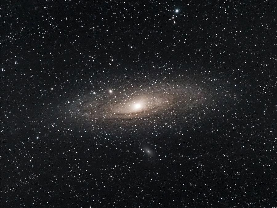 Andromedan galaksi mustassa avaruudessa