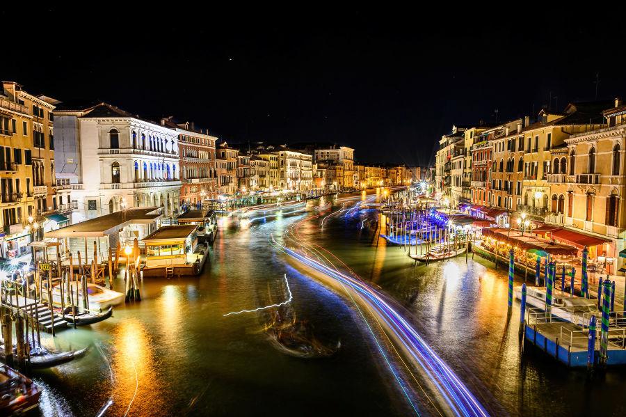Pitkä valotus veneiden jäljistä Venetsiassa