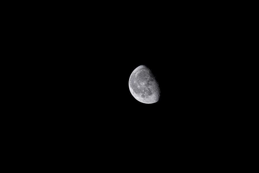 Kuu ilman rajaamista 400mm-objektiivilla