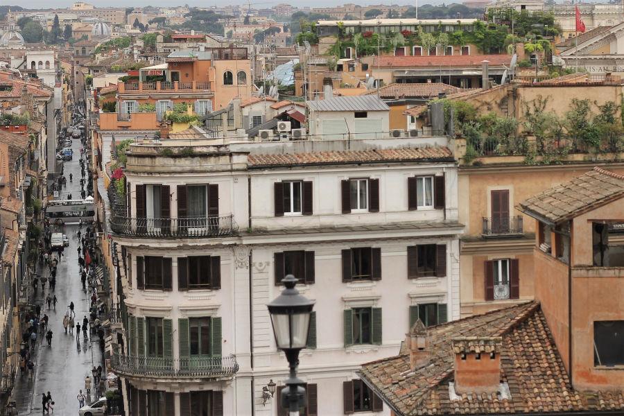 Vanhanaikainen kaupunki kerrostalon päältä katsottuna