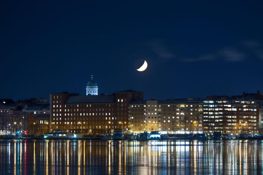 Helsinki ja kuu öisessä kaupungin hohteessa