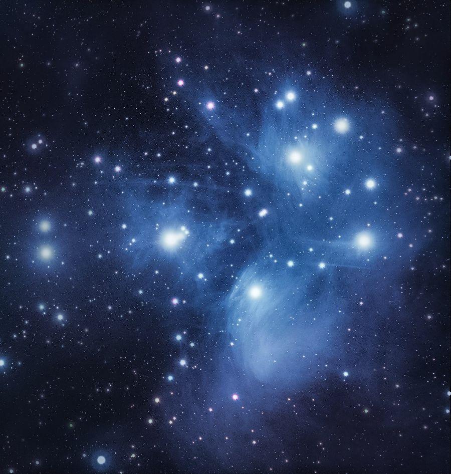 Seulaset, eli Plejadit, joka on tähtimuodostelma sinisellä ympäröivällä taustavärillä.