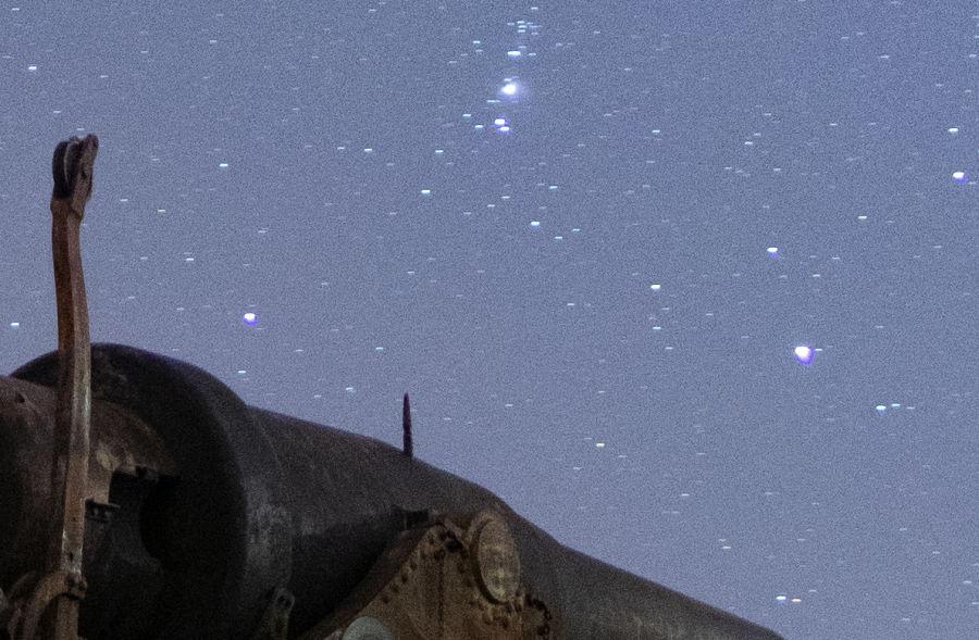 Lähikuva aiemmasta Suomenlinnan tykistä. Kuvassa näkyvissä tähdissä on tähtivanoja.