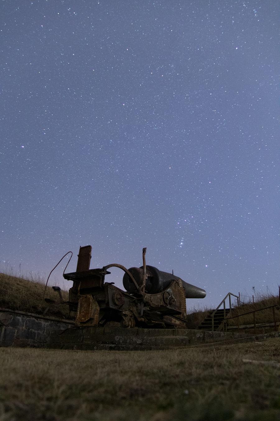 Tykki Suomenlinnassa ja tähtitaivas sen yläpuolella