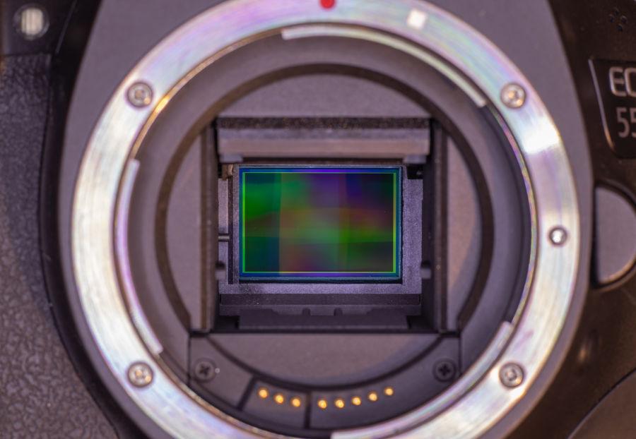 Kuva kamerasta, jonka suljin on auki, eli sensori näkyy kuvassa ilman näkyvää suljinta