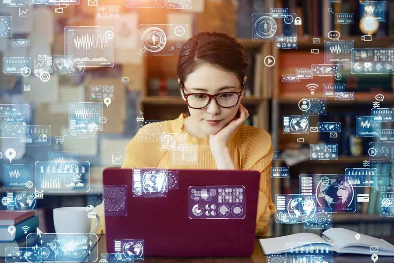 人事管理業務を効率化するツールを探す女性