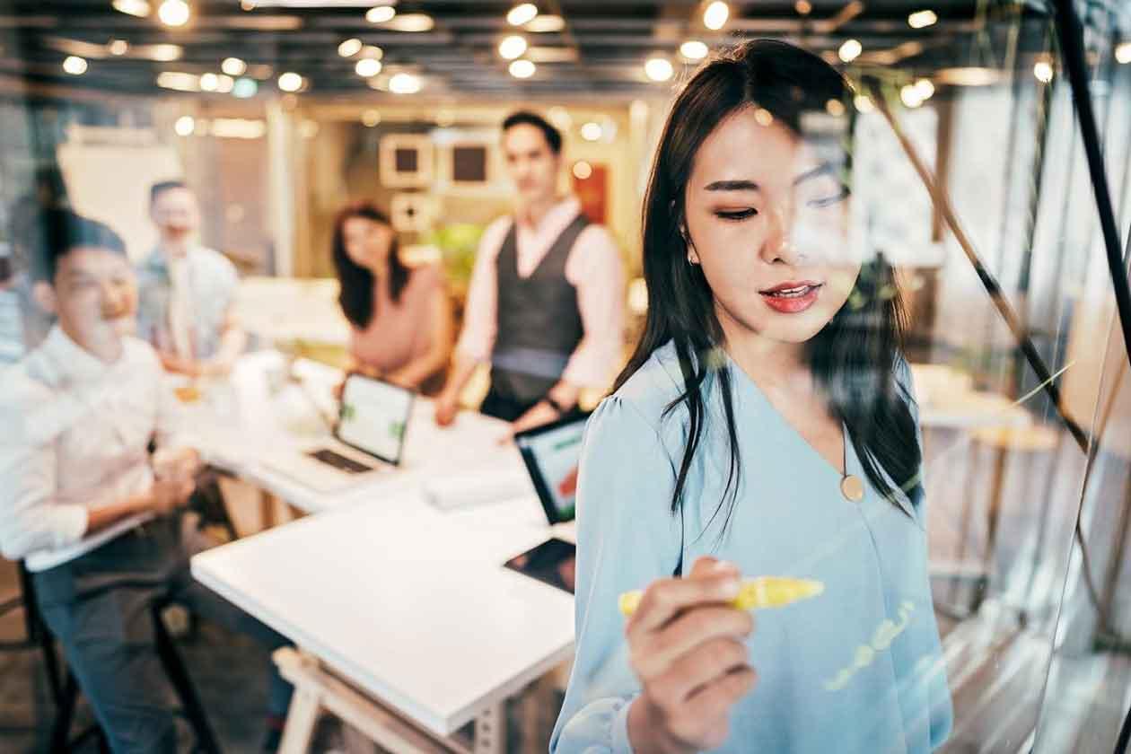 人事管理業務の効率化に必要な観点を説明する女性