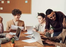 【人事実践】従業員満足度(ES)向上の調査法。分析指標など規模別取組事例