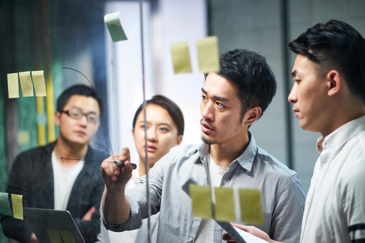 人事管理業務を説明する男性