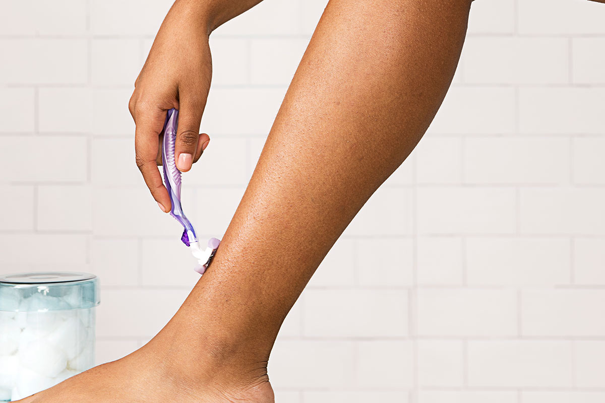 Leg Shaving with Venus ComfortGlide Freesia Women's Razor