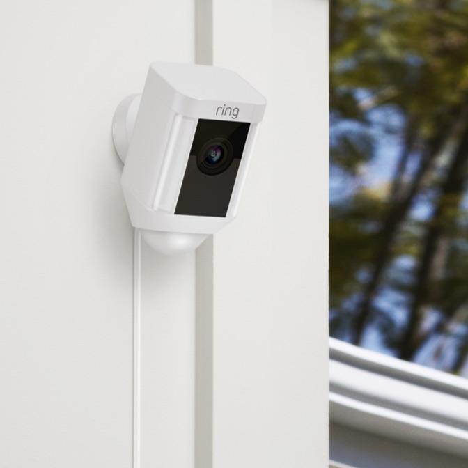 جهاز Ring Spotlight Cam Wired لأمن المنزل بين يديك