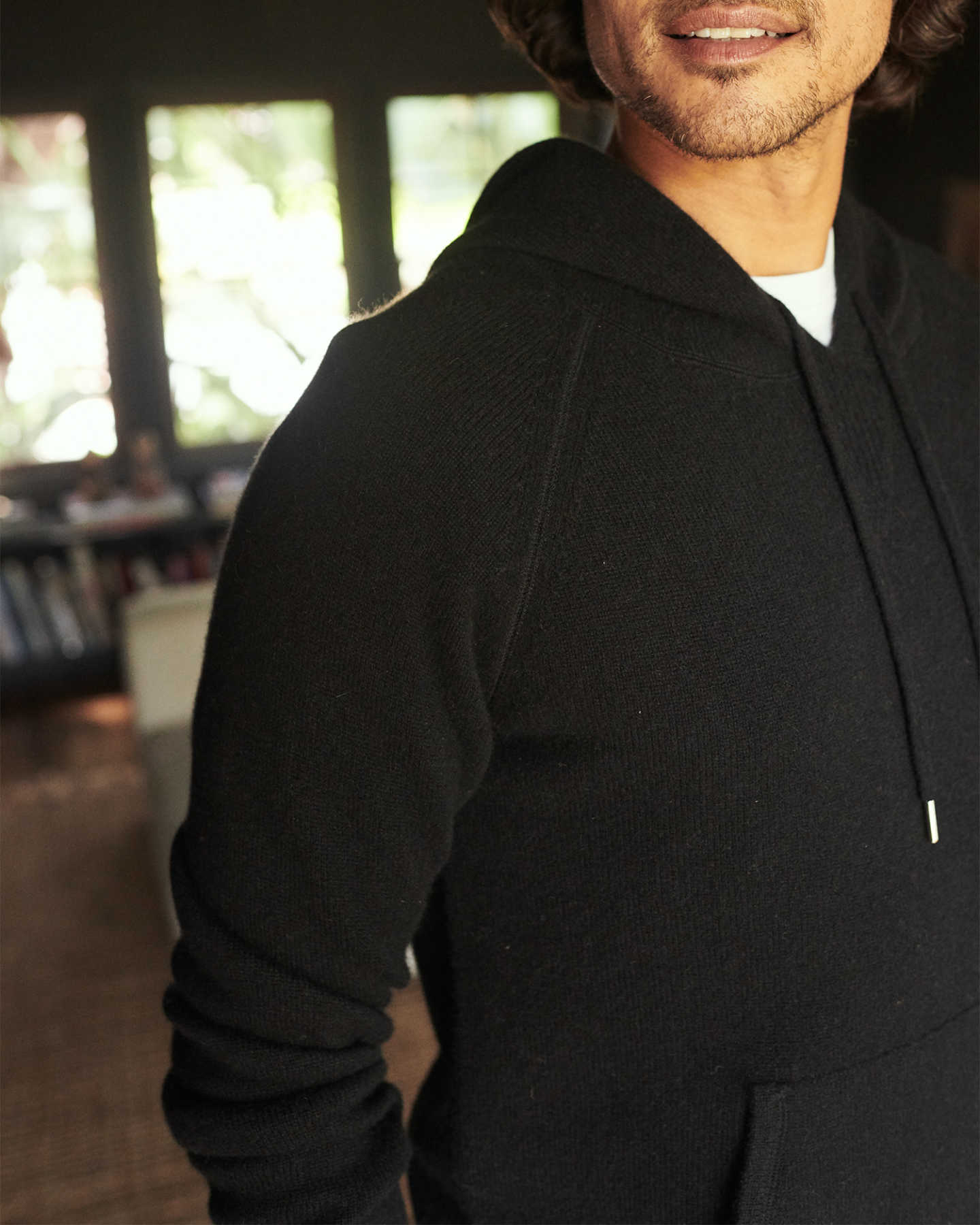 Cashmere hoodie men in black zoomed