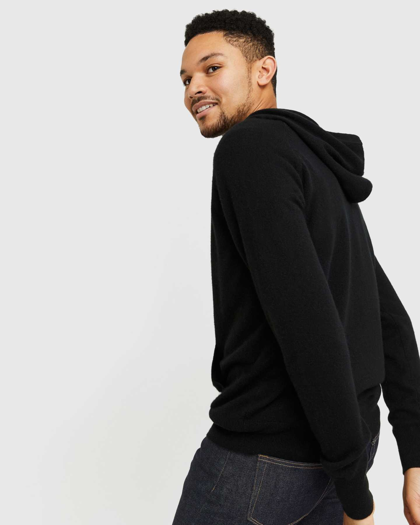 Cashmere hoodie men in black from behind