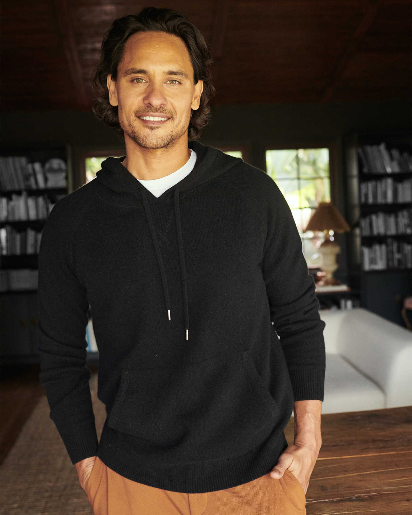 Cashmere hoodie men in black smiling