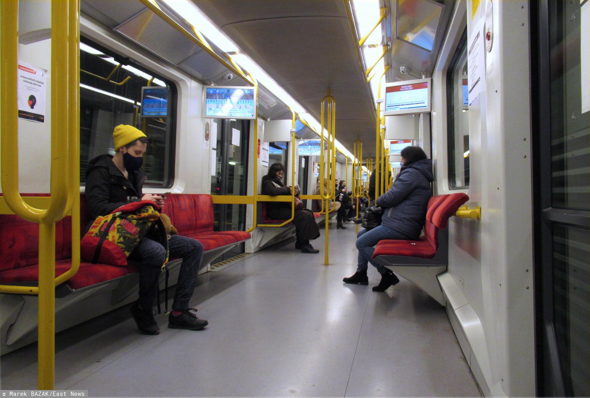 Niejeden podróżny mógł zostać wprowadzony w błąd na stacji metra Stokłosy.