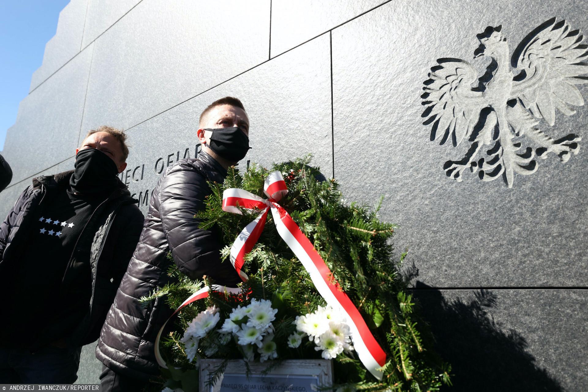 Policja i wojsko chciały odebrać wieniec składany pod pomnikiem ofiar katastrofy smoleńskiej w miesięcznicę